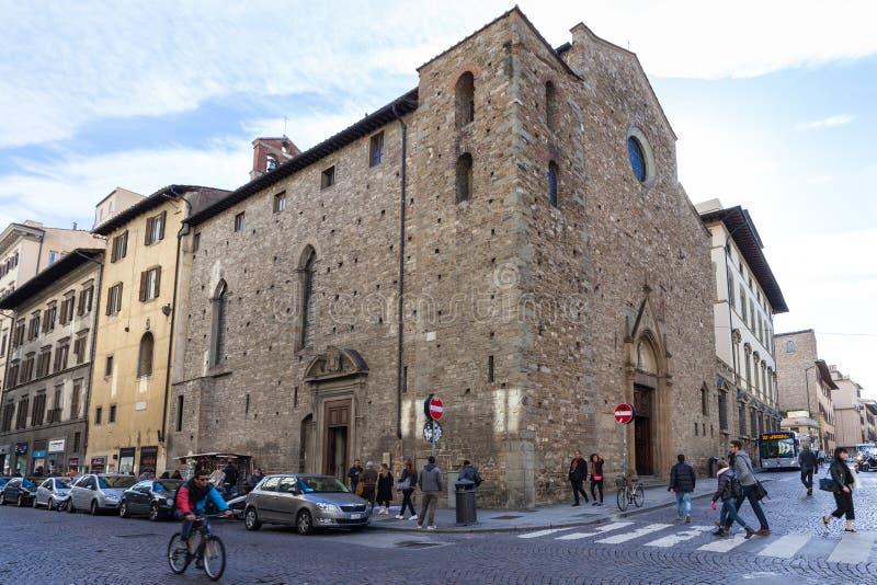 Mensen dichtbij Kerk Santa Maria Maggiore di Firenze stock afbeeldingen