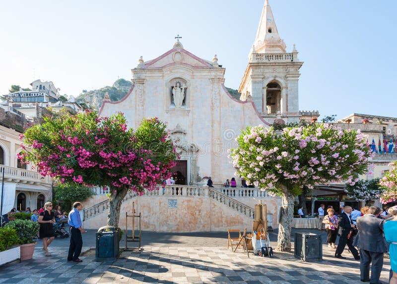 Mensen dichtbij Kerk van San Giuseppe in Taormina stock fotografie