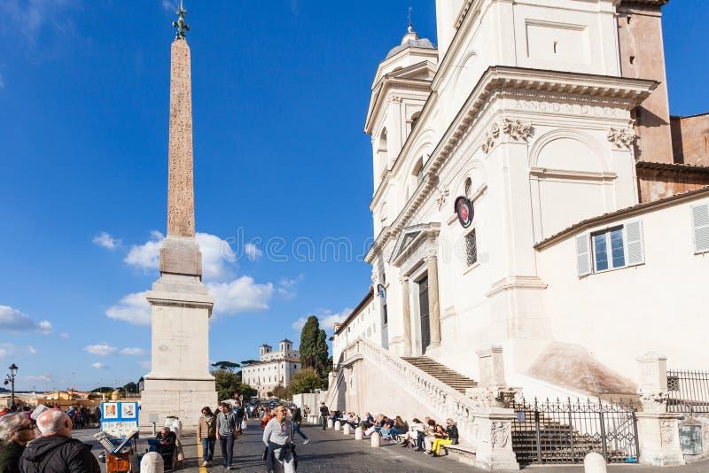 Mensen dichtbij kerk van Trinita-dei Monti in Rome stock fotografie