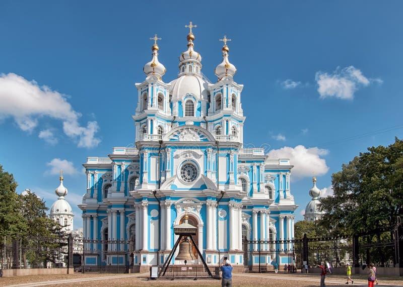 Mensen dichtbij Smolny-Kathedraal St Petersburg Rusland stock fotografie
