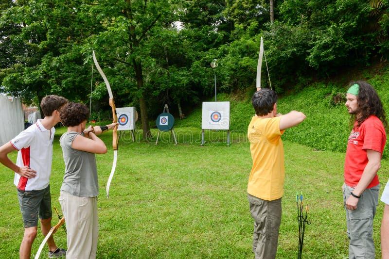 Mensen die aan boogschieten in Massagno op Zwitserland leren stock afbeeldingen