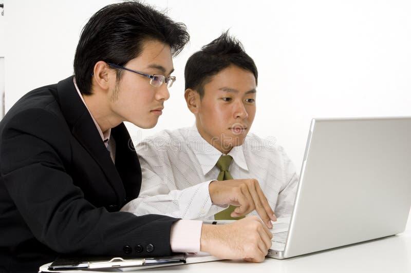 Mensen die aan Computer werken royalty-vrije stock afbeelding
