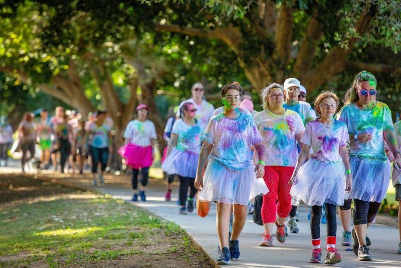 Mensen die aan de Pretlooppas van de Kleurenwaanzin deelnemen royalty-vrije stock foto