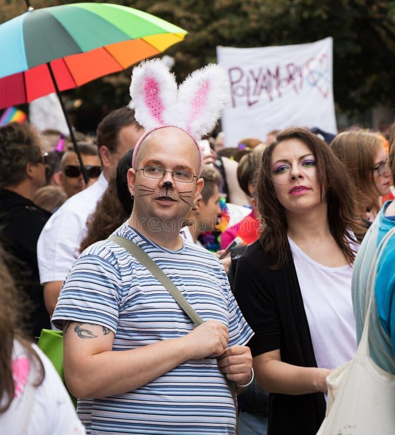 Mensen die aan de Trots van Praag deelnemen - een grote vrolijke & lesbische trots stock foto's