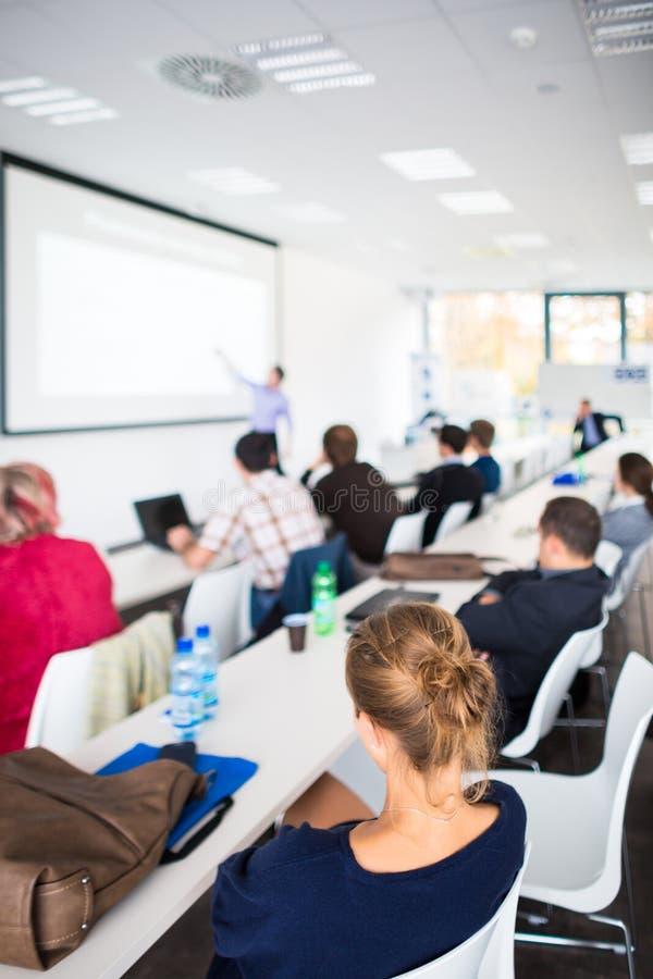 Mensen die aan een presentatie luisteren stock afbeeldingen
