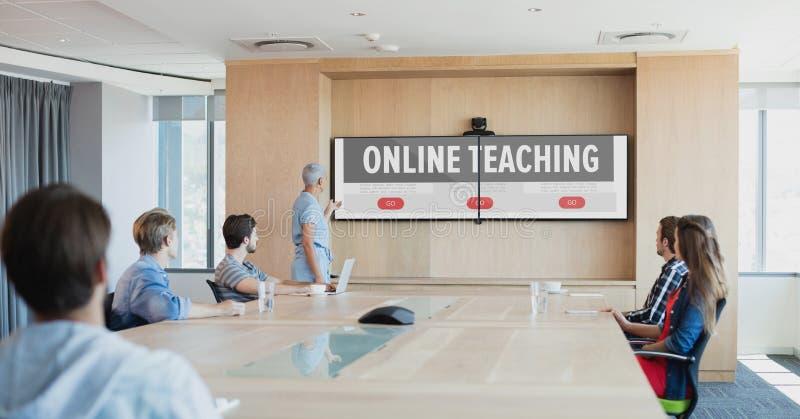 Mensen die aan een TV met e-Lerende informatie in het scherm kijken stock afbeeldingen