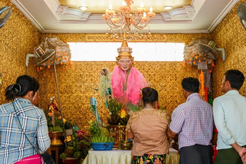 Mensen die aan Noot BO BO Gyi bidden stock foto's