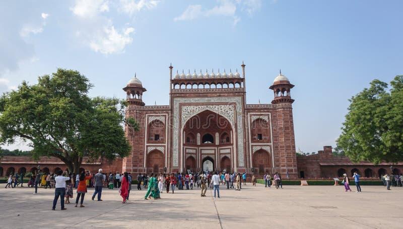 Mensen die aan Taj Mahal in Agra, India komen stock afbeeldingen