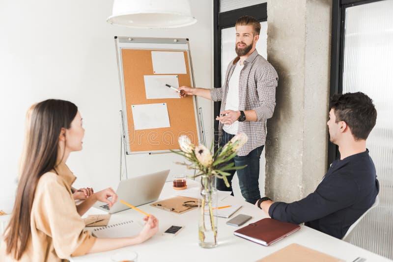 Mensen die absorbedly in bureau werken royalty-vrije stock afbeelding