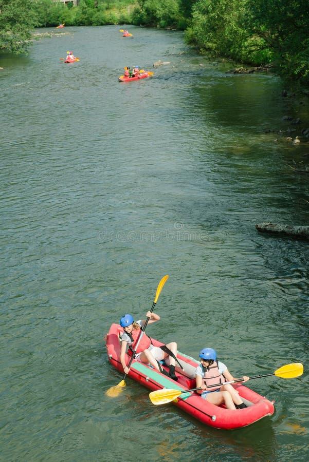 Mensen die avontuur op rivier hebben, het rafting Boten hoogste mening royalty-vrije stock foto's