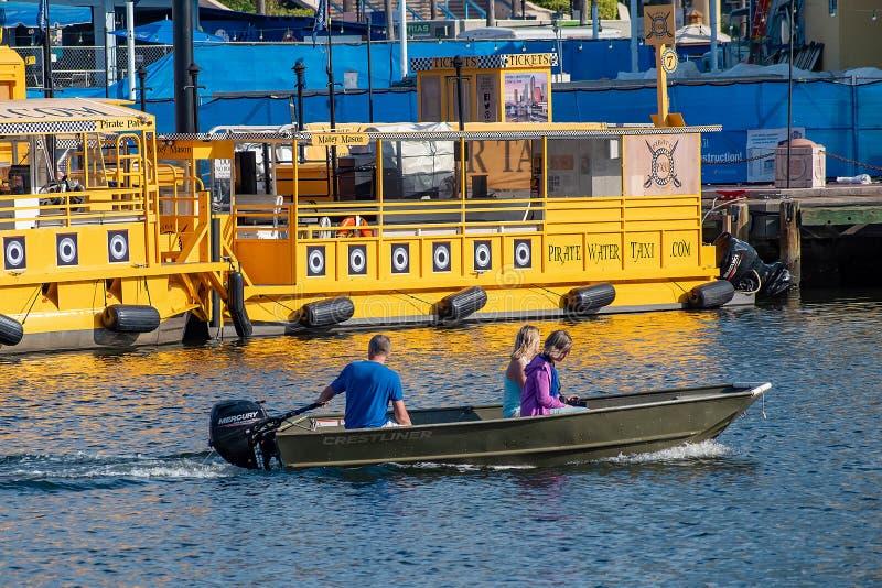 Mensen die in baaiboot varen op Hillsborough-Rivier en kleurrijke watertaxis 2 stock foto's