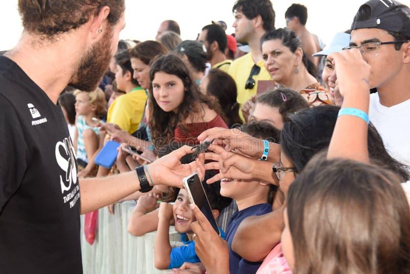 Mensen die babyschildpadden op Tamar-project in Praia do Forte in Brazili? waarnemen royalty-vrije stock fotografie