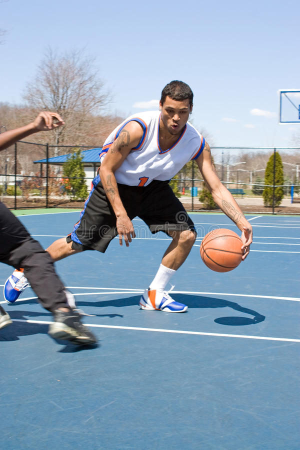 Mensen die Basketbal Één op spelen royalty-vrije stock foto