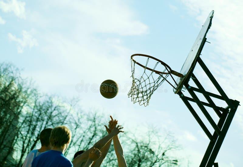 Mensen die basketbal in openlucht spelen royalty-vrije stock fotografie