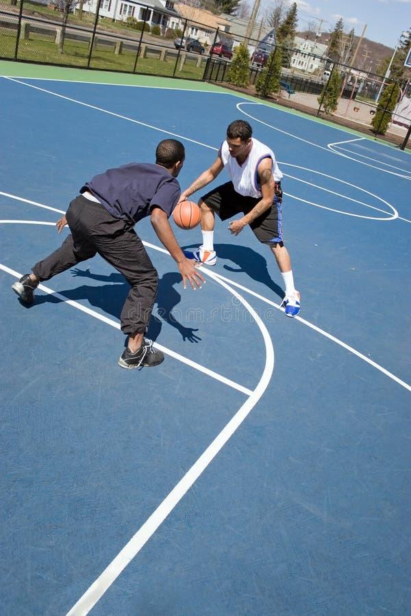 Mensen die Basketbal spelen royalty-vrije stock afbeeldingen