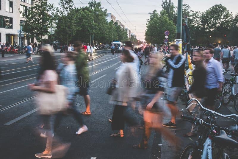 Mensen die bezige straat kruisen - onduidelijk beeld, vele peoplecityscape stock fotografie