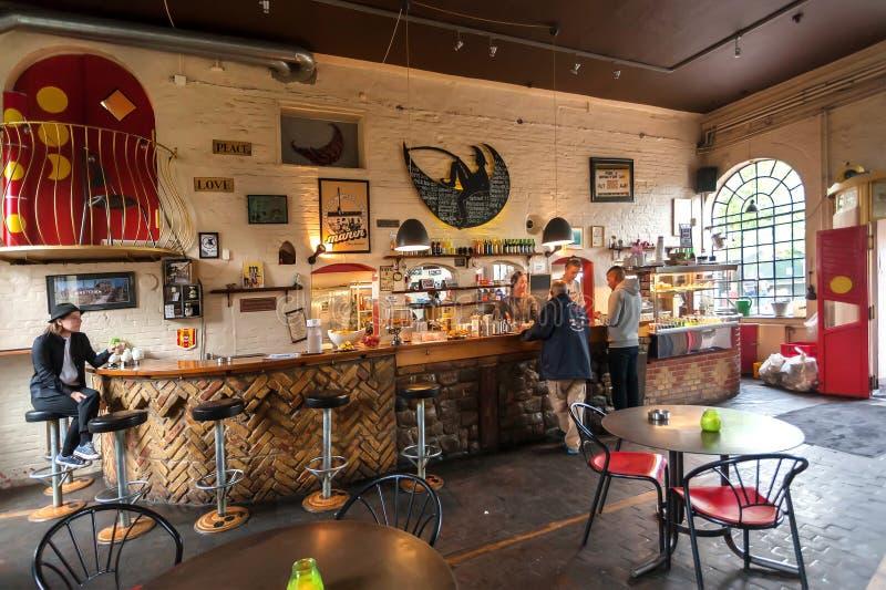 Mensen die bier en koffie binnen koffie van populair gebied van Christiania Freetown drinken royalty-vrije stock fotografie