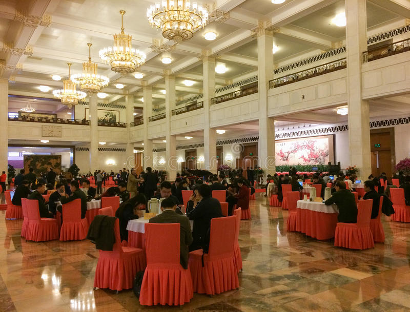 Mensen die bij de hal van de Grote Zaal van Mensen in Peking zitten royalty-vrije stock foto