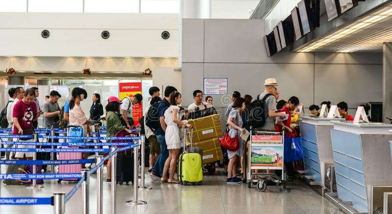 Mensen die bij de incheckbalies in TSN-luchthaven, Saigon, Vietnam wachten royalty-vrije stock foto