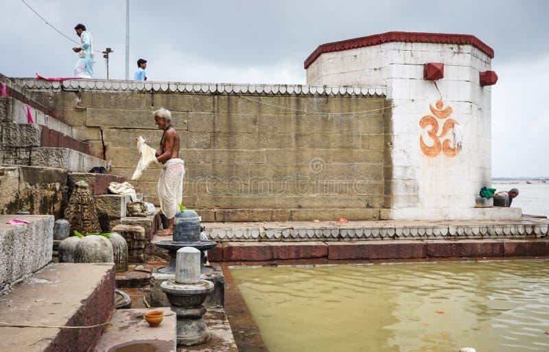 Mensen die bij de kleine tempel in Varanasi, India baden royalty-vrije stock afbeeldingen