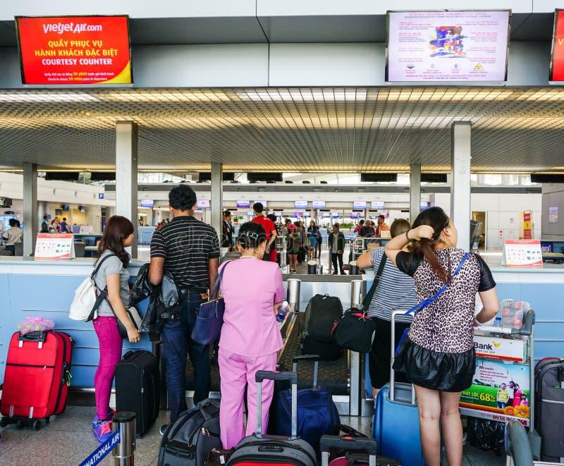 Mensen die bij de luchthaven in Saigon, Vietnam wachten stock foto