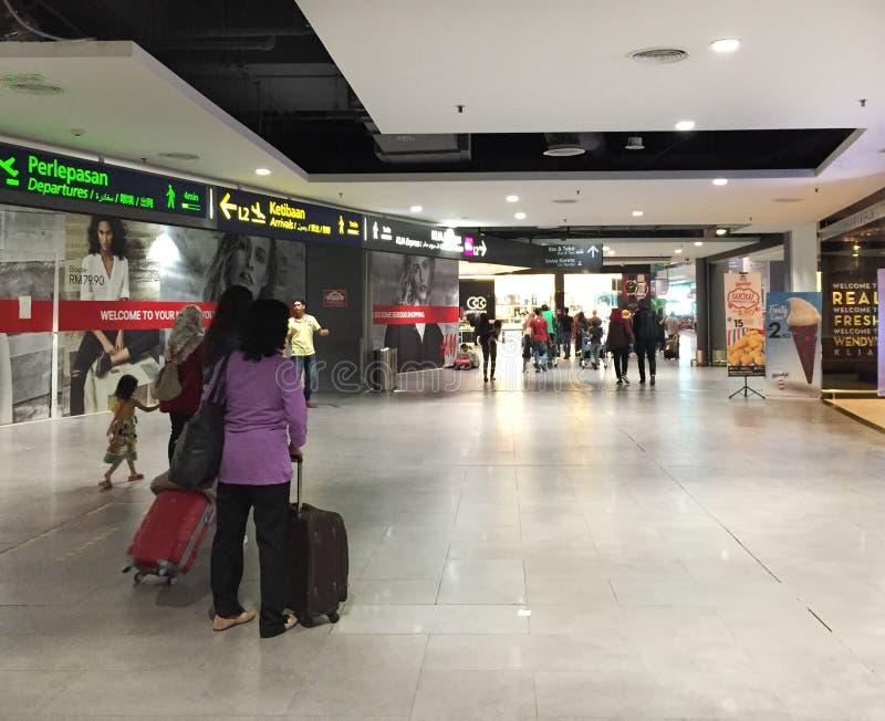 Mensen die bij de luchthaven van KLIA 2 in Kuala Lumpur, Maleisië lopen royalty-vrije stock afbeeldingen