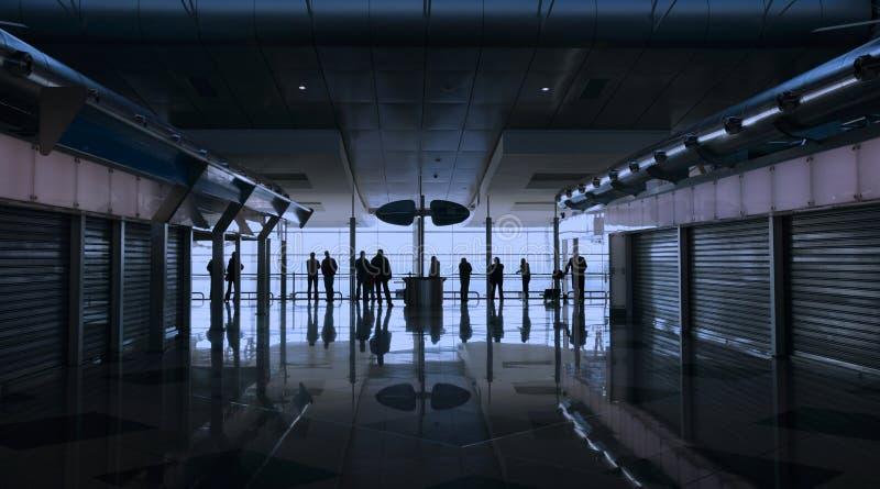 Mensen die bij de luchthaven wachten royalty-vrije stock foto's