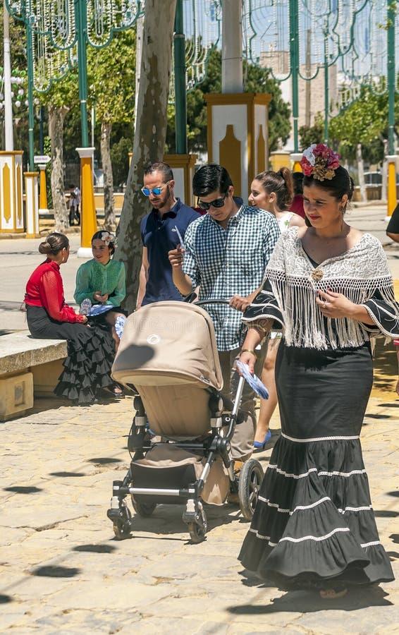 Mensen die bij de markt lopen stock foto