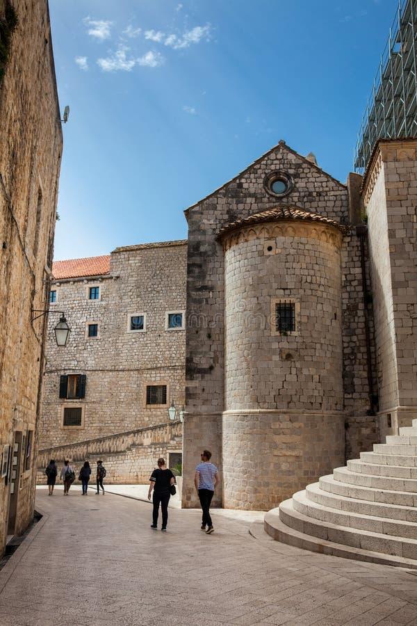 Mensen die bij de mooie stegen in de ommuurde oude stad van Dubrovnik lopen royalty-vrije stock foto