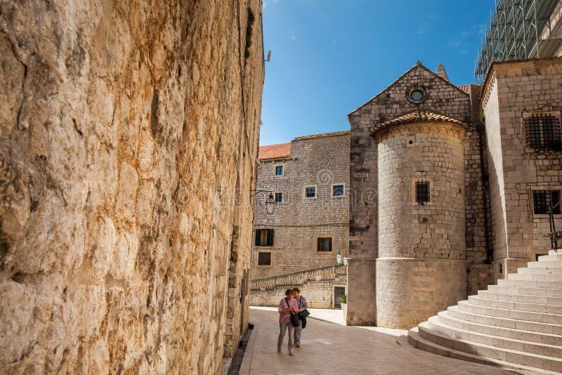 Mensen die bij de mooie stegen in de ommuurde oude stad van Dubrovnik lopen royalty-vrije stock afbeeldingen