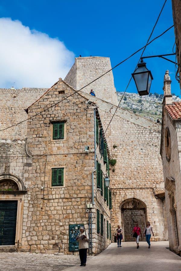 Mensen die bij de mooie stegen in de ommuurde oude stad van Dubrovnik lopen royalty-vrije stock foto's
