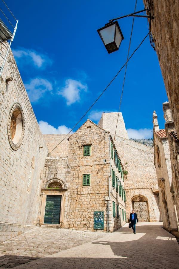 Mensen die bij de mooie stegen in de ommuurde oude stad van Dubrovnik lopen royalty-vrije stock fotografie