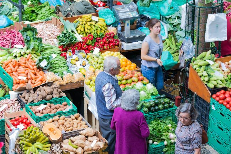 Mensen die bij de plantaardige markt het Eiland van van Funchal, Madera winkelen stock afbeeldingen