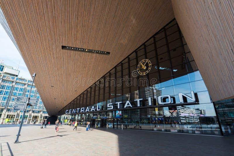2016: Mensen die bij de Post van Rotterdam Centraal op een zon lopen royalty-vrije stock foto