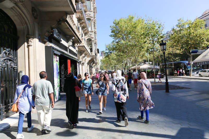 Mensen die bij de straten van Barcelona lopen royalty-vrije stock foto's