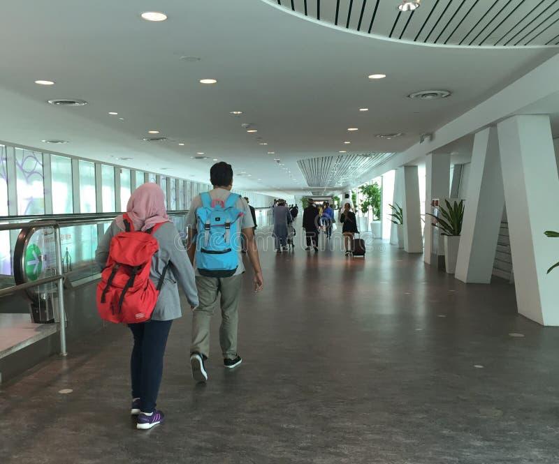 Mensen die bij de Vertrekterminal lopen in de luchthaven van KLIA 2 in Kuala Lumpur, Maleisië royalty-vrije stock afbeelding