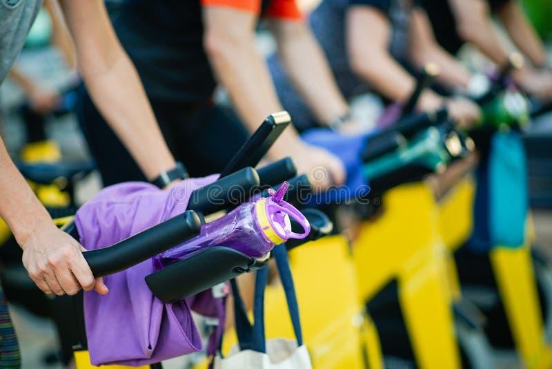 Mensen die bij een gymnastiek opleiden die cyclo binnen doen royalty-vrije stock fotografie