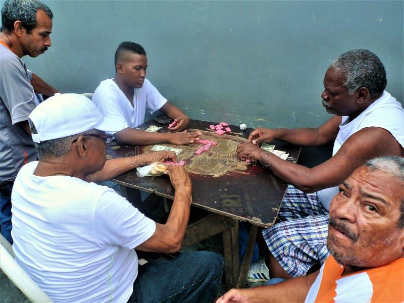 Mensen die bij een lijst in een straat van Panama zitten royalty-vrije stock foto's
