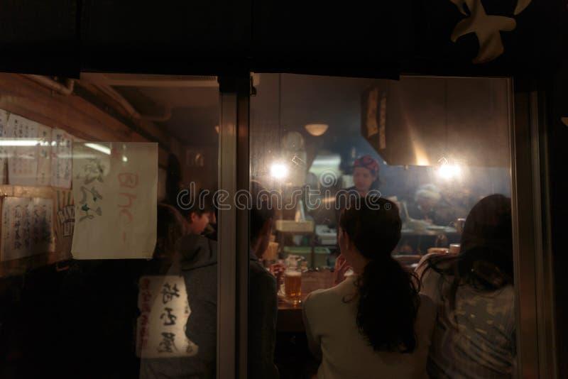 Mensen die bij een traditioneel restaurant in Tokyo eten royalty-vrije stock afbeelding