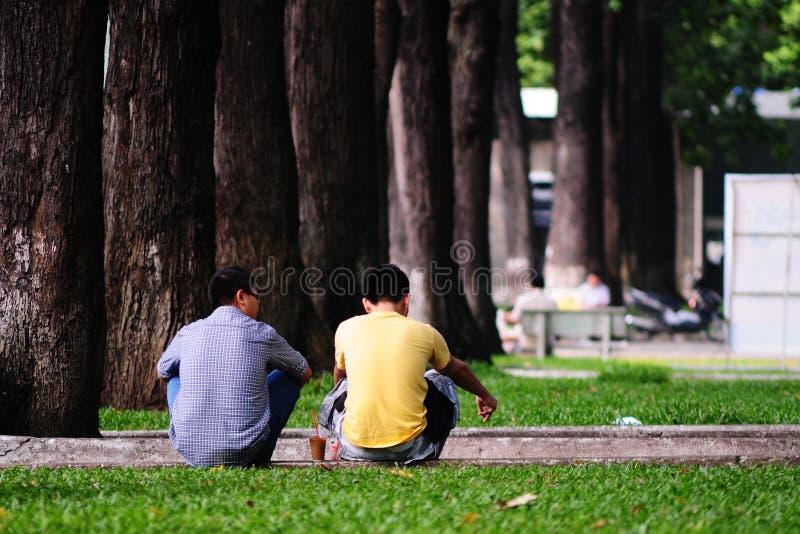 Mensen die bij het park in Saigon, Vietnam ontspannen stock foto
