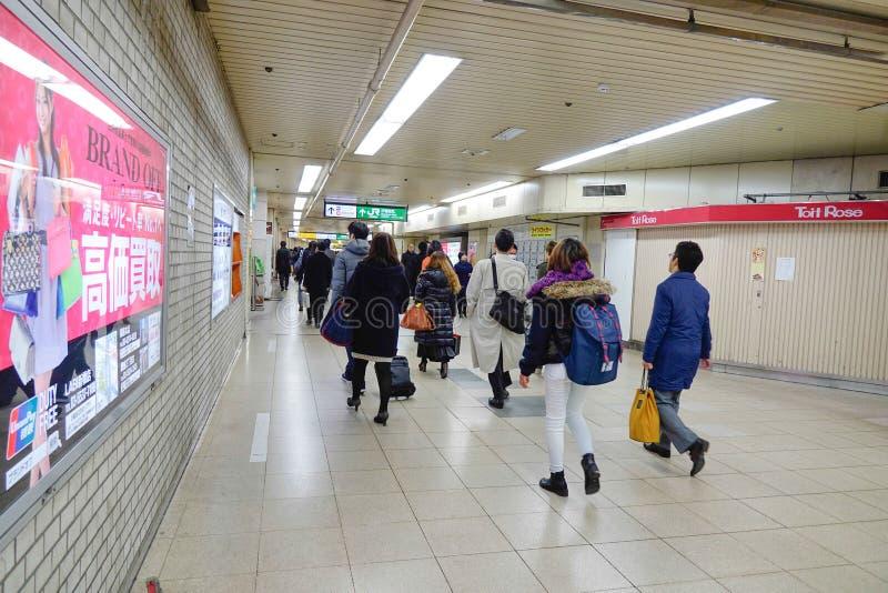 Mensen die bij het winkelcomplex in Shibuya, Tokyo lopen stock foto