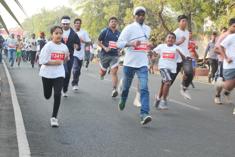 Mensen die bij Hyderabad 10K Looppasgebeurtenis lopen, India royalty-vrije stock foto's