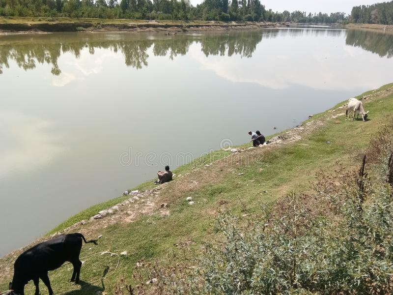 Mensen die bij Jehlum-rivier vissen royalty-vrije stock foto