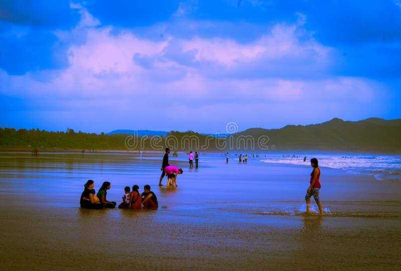 Mensen die bij strand genieten van royalty-vrije stock afbeeldingen