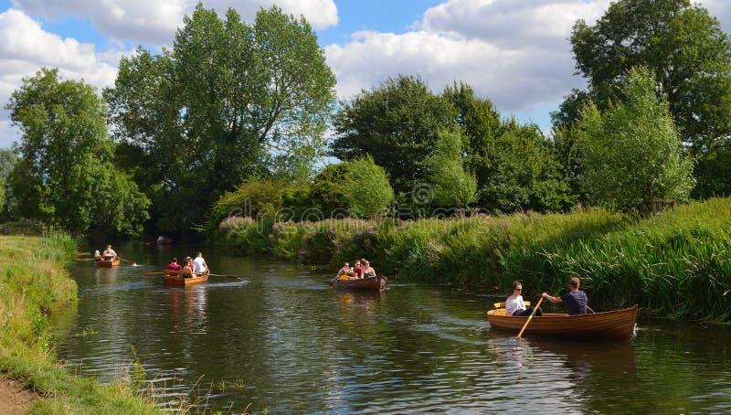 Mensen die boten op de rivier Stour roeien royalty-vrije stock afbeelding