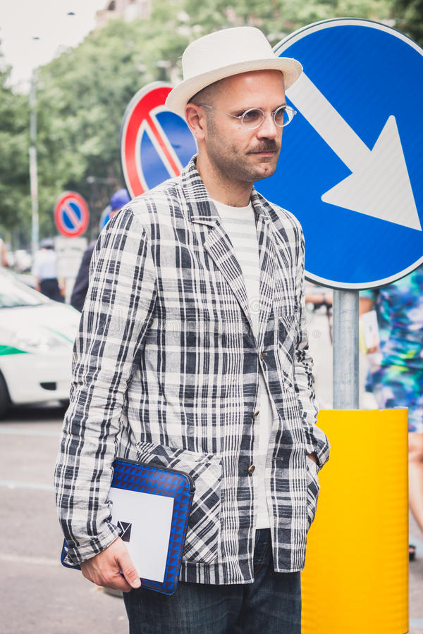 Mensen die buiten Armani-modeshows voor de Manierweek 2014 bouwen van Milan Men stock foto
