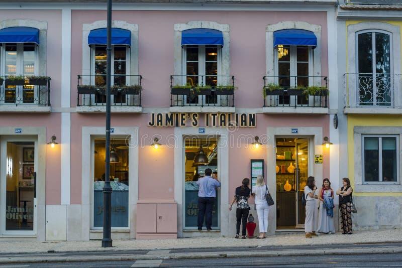 Mensen die buiten het Italiaanse restaurant van Jamie Oliver in Lissabon wachten stock afbeelding