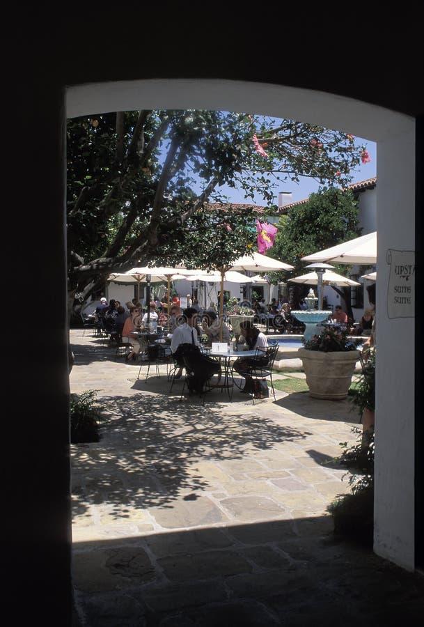 Mensen die buiten op een zonnige dag, Santa Barbara, Californië eten stock afbeeldingen