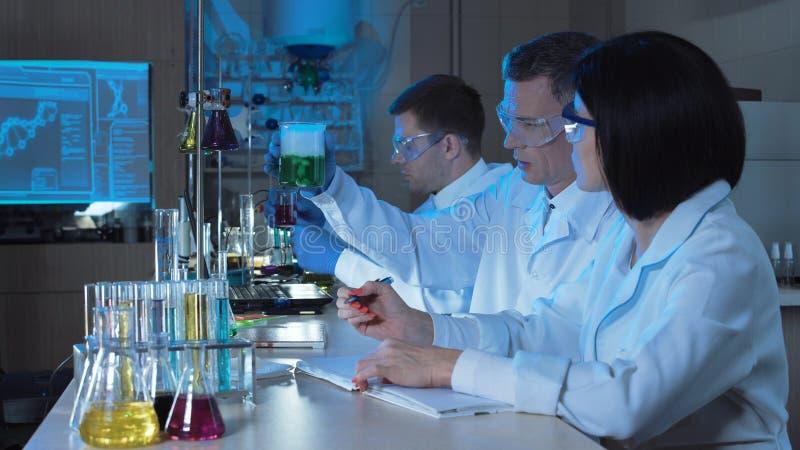 Mensen die chemisch product in installatie druipen royalty-vrije stock afbeelding