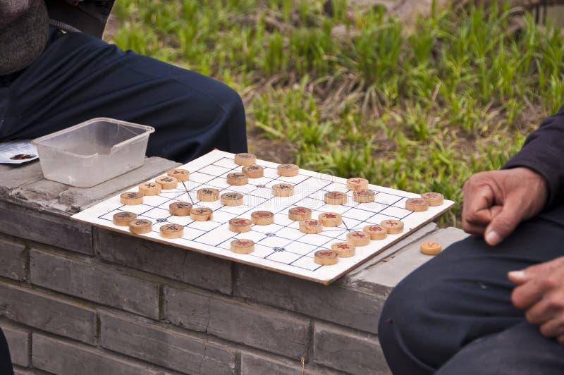Mensen die Chinees schaak in een openbaar park spelen, Shanghai China royalty-vrije stock afbeelding
